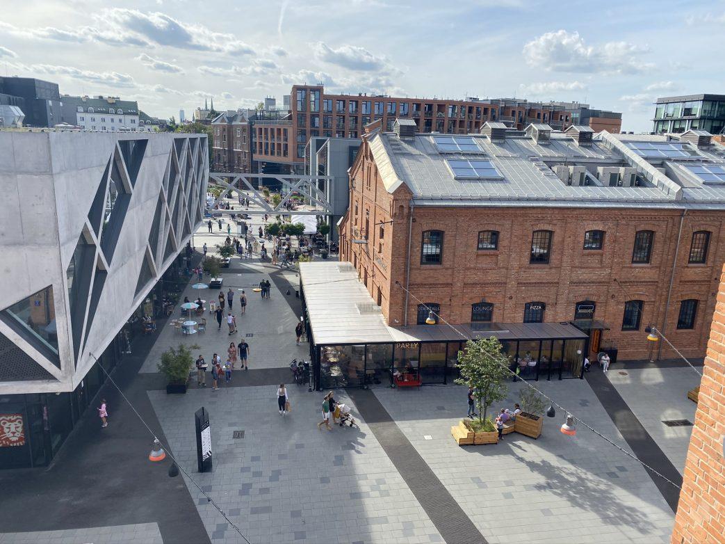 Blick auf die mit spektakulärer Architektur ergänzte Koneser Fabrik Warschau