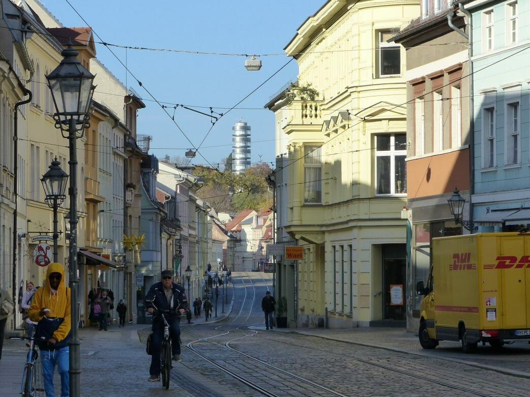 Blick über die Hauptstraße zur Friedenswarte auf dem Marienbergd