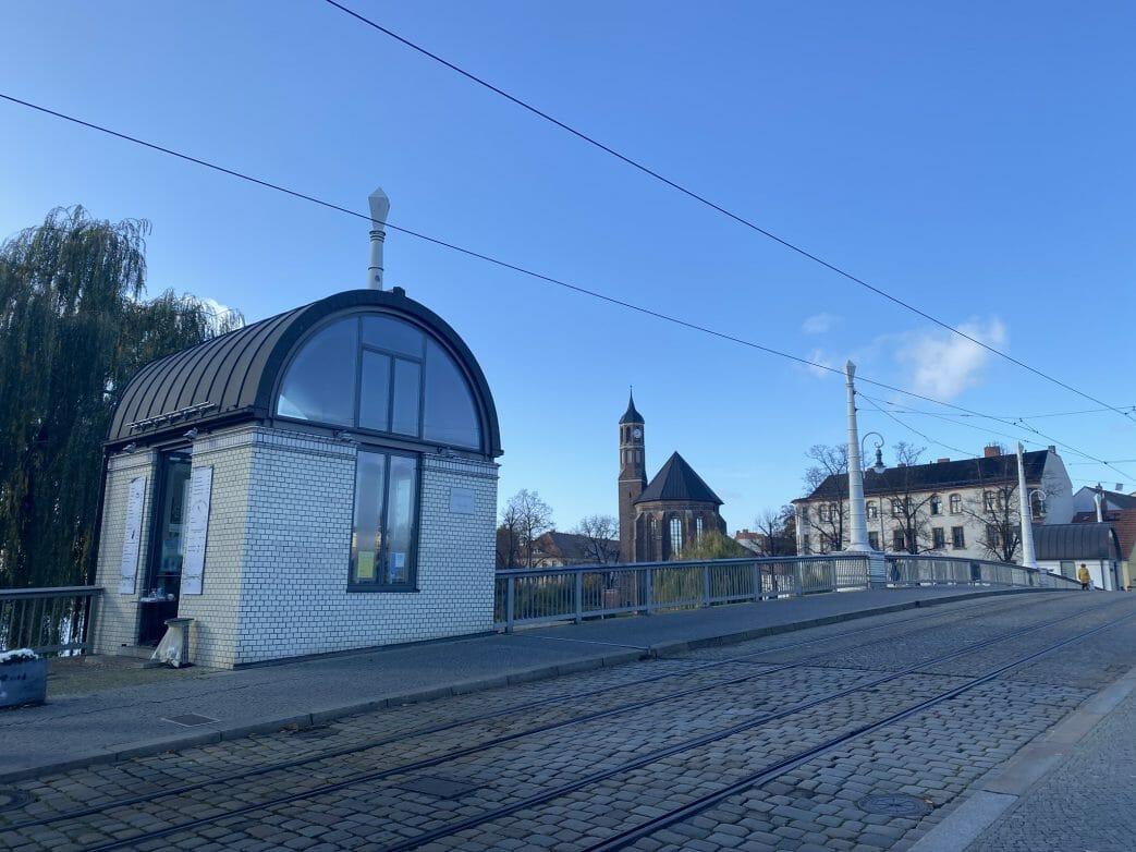 Brückenhaus auf Jahrtausendbrücke, dahinter die Johanniskirche
