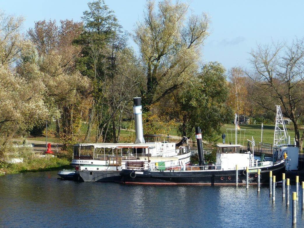 Dampfschiffe im Historischen Hafen an der Jahrtausendbrücke