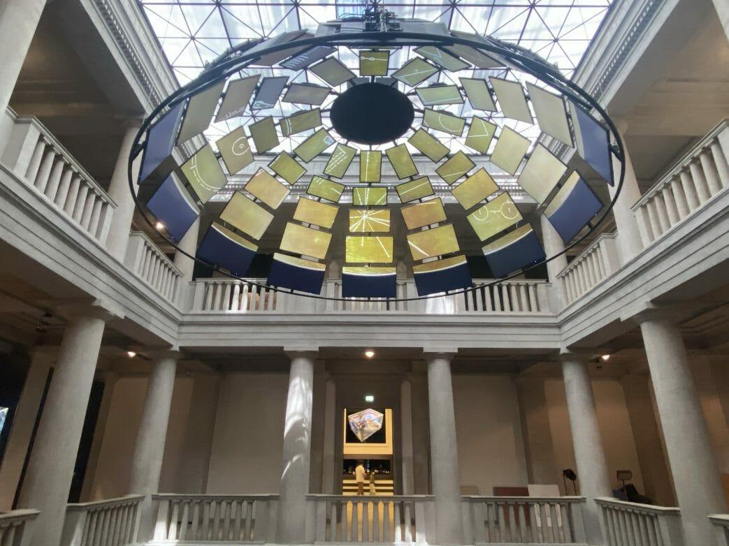 Hoch über der Himmelsscheibe von Nebra im Atrium des Museums hängt eine Kuppel aus 60 Bildschirmen.