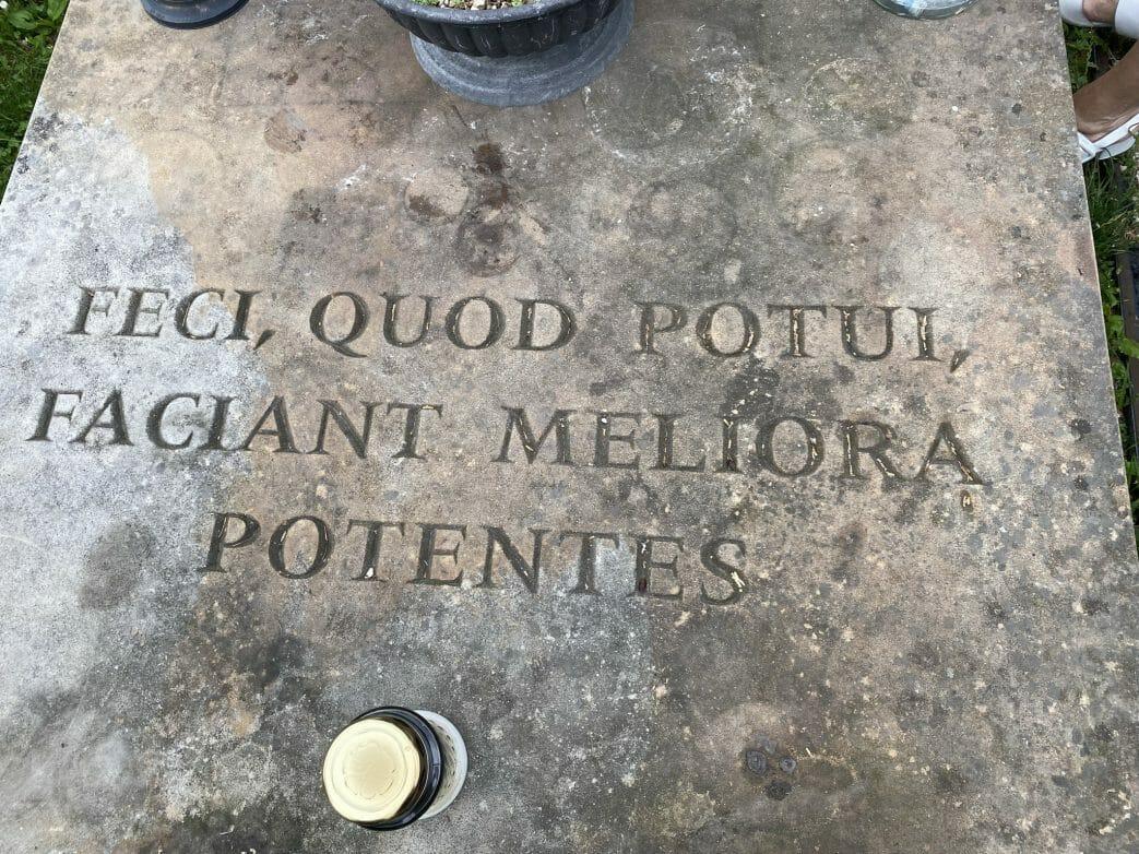 """die Inschrift """"Feci, quod potui, faciant meliora potentes"""" (dt. """"Ich habe gemacht, was ich konnte, mögen die es besser machen, die dazu imstande sind."""")."""