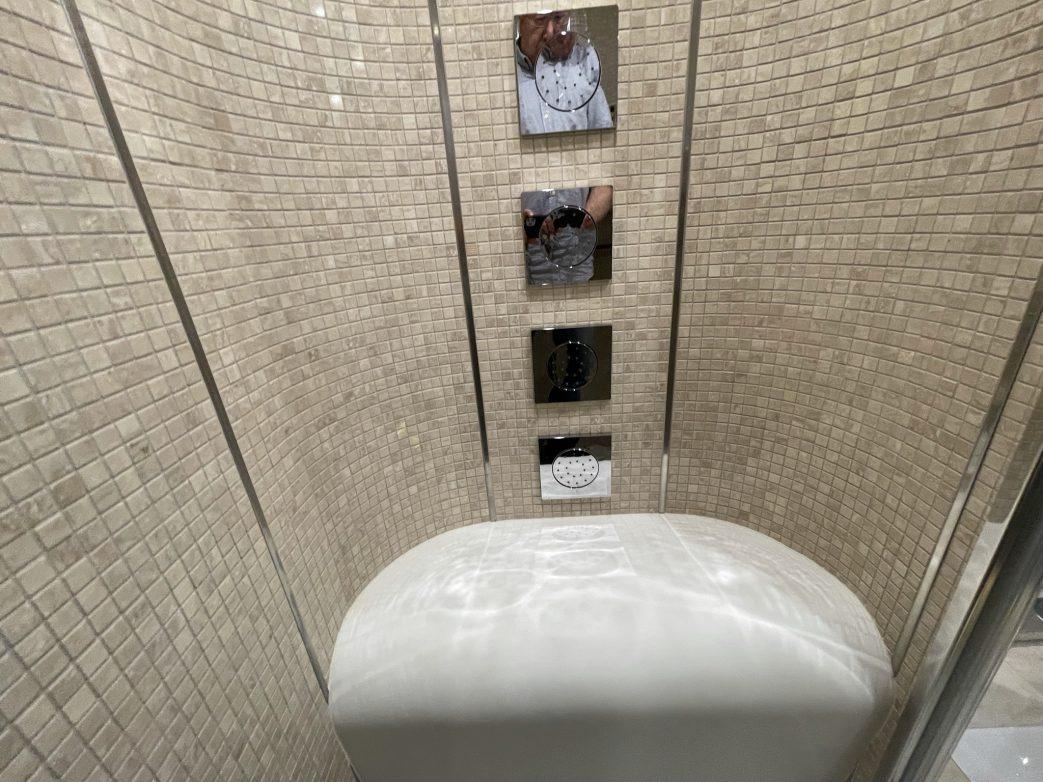 Eine Novität ist die Sitzbank in der Dusche mit Massagedüsen
