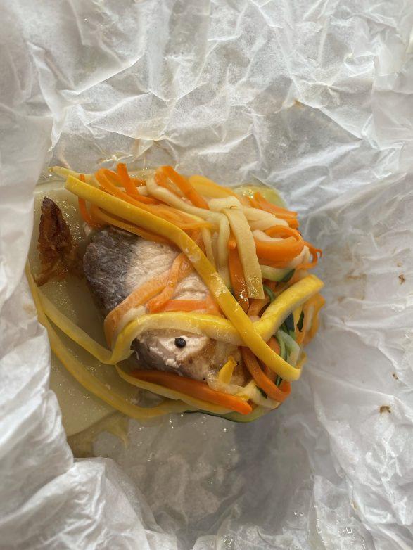 ausgepackt kommt eine Makrele zum Vorschein