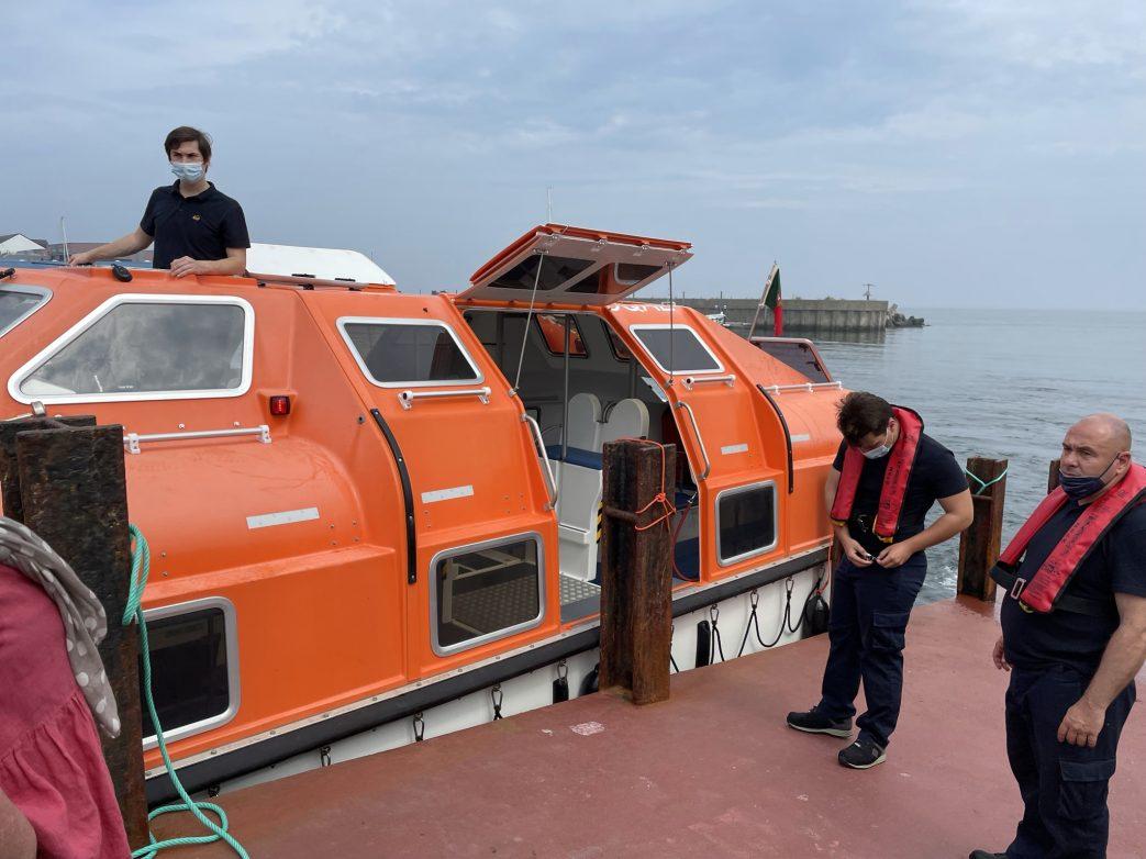 Tenderboot legt im Hafen auf Helgoland an