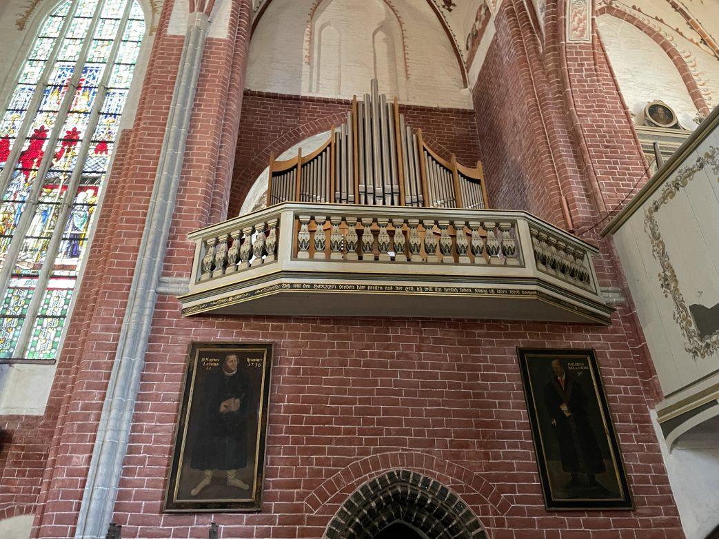 Orgel über der Sakristei